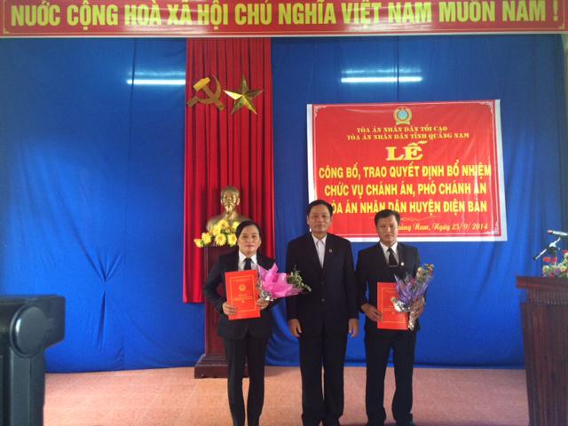 Đồng chí Ngô Đình Bảy - Ủy viên BCS đảng, Phó Chánh án TAND tỉnh Quảng Nam  trao Quyết định bổ nhiệm chức vụ Chánh án và Phó Chánh án TAND huyện Điện Bàn.