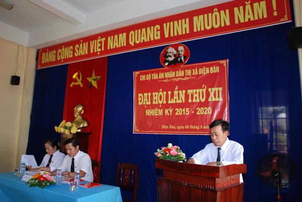 Đồng chí Thái Điền – Phó bí thư Chi bộ TAND thị xã Điện Bàn trình bày kiểm điểm Chi ủy nhiệm kỳ 2010-2015
