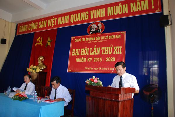 Đồng chí Lê Minh Tân – Bí thư Chi bộ TAND thị xã Điện Bàn trình bày báo cáo thực hiện Nghị quyết nhiệm kỳ 2010-2015